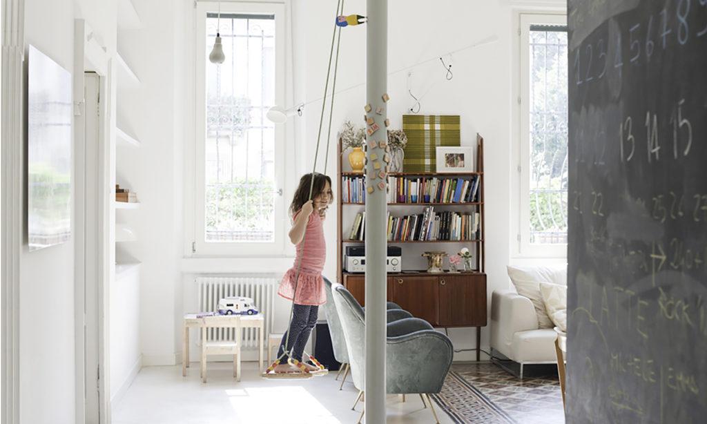 Appartamento in Piazzale Giulio Cesare a Milano, soggiorno living per una famiglia che ha swing